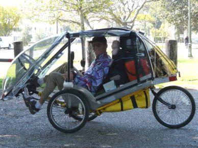 s-kabinoy-no-ne-avtomobil-s-pedalyami-no-ne-velosiped