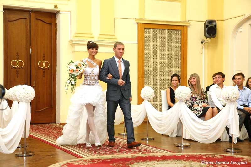 Секс с невестами во время свадьбы и как раздеваются-одеваются дома снимал